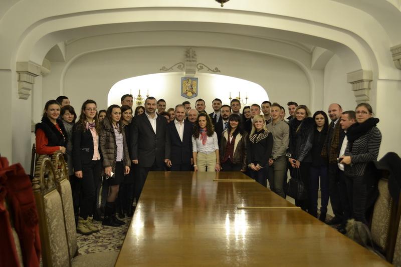 Fotografie de grup cu consilierul prezidential Daniel Petru Funeriu