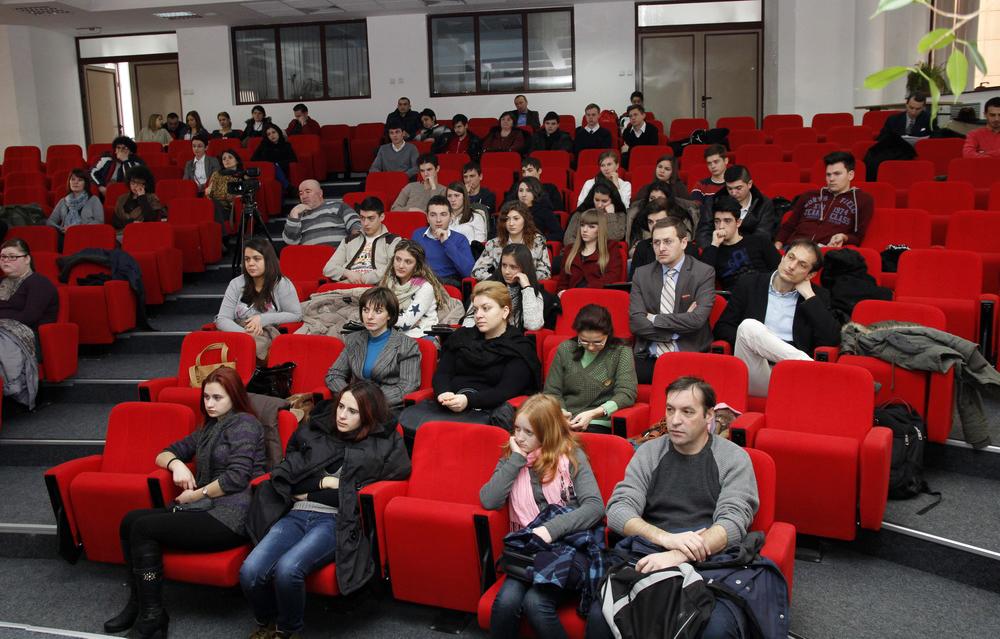 Liceeni ieseni, impreuna cu domnii lor profesori, participanti la evenimentul de lansare a  proiectului Dupa 25 de ani. Comunismul in Europa de Est.
