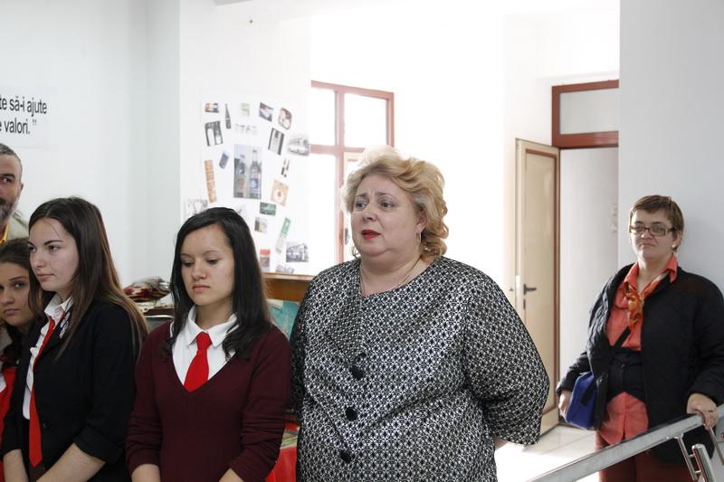 Doamna Inspector Dr. Lăcrămioara Iordăchescu, elevi din cadrul Colegiului Economic Administrativ Iași.