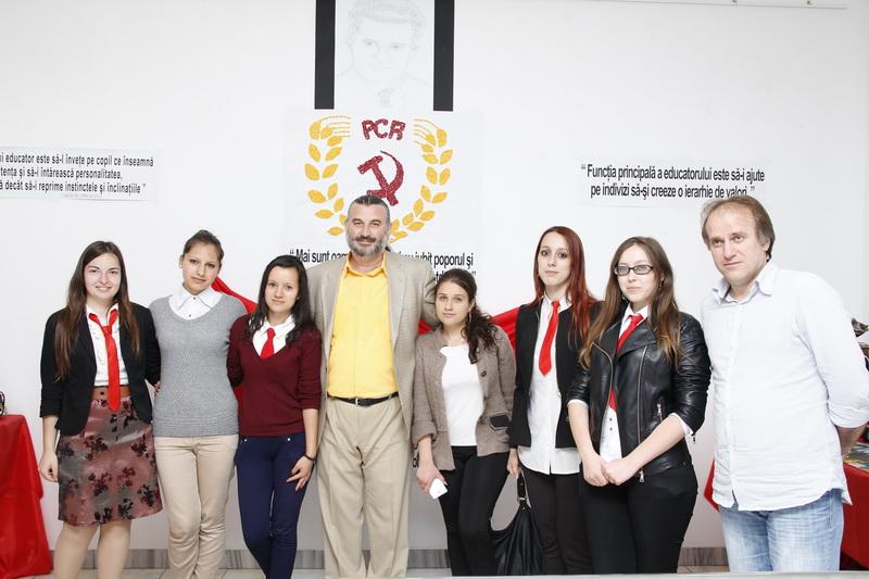 Prof.univ.dr. Sorin Bocancea, Prof. Tiberiu Părpăuță, elevi din cadrul Colegiului Economic Administrativ Iași.